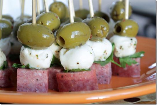 Канапе с оливками, моцареллой и салями